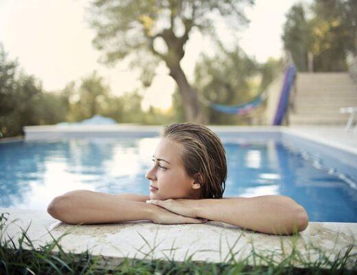 zena v bazene